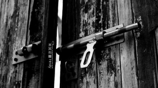 半掩的旧门