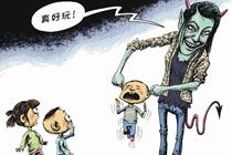 浙江温岭城西街道幼儿园教师笑着拎起小男孩耳朵