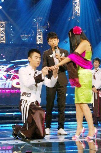 《第一次心动》节目网络资料图 选手下跪给杨二车娜姆送戒指