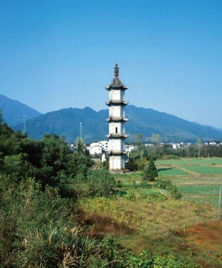 碧山村口乾隆47年建(1782年)的云门塔,从前是汪何两家斗争的产物,现在作为国家文物加以保护。(图——阿灿/新周刊)