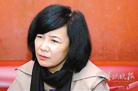 图说:实名举报人大代表孙德江的女记者王德春
