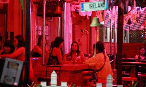 露天酒吧霓虹下的应招女郎,泰国女孩一大把。