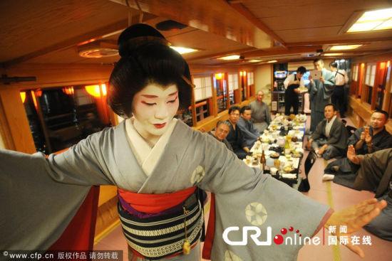 当地时间2012年11月3日,日本东京,26岁的Eitaro是日本极其鲜见的一名男艺伎,具有娴熟的舞技和男扮女装的能力。他的母亲也是一名艺伎,母亲三年前去世后,他和姐姐Maika继承了母亲的职业。他们希望复兴艺伎文化,并让更多的普通人有机会接近它。图片来源:EVERETT KENNEDY BROWN/CFP