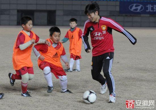 国奥队员与孩子们打球