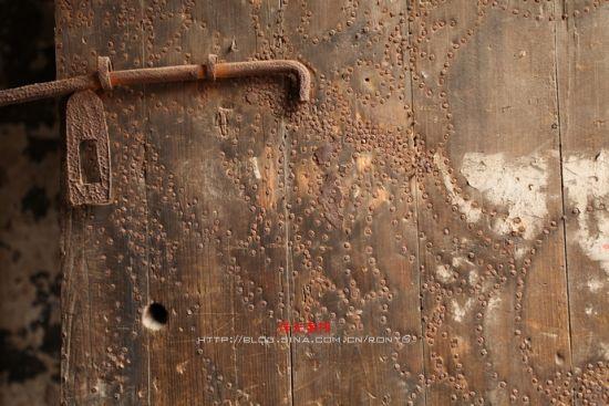 锈迹斑斑的门栓、门钉