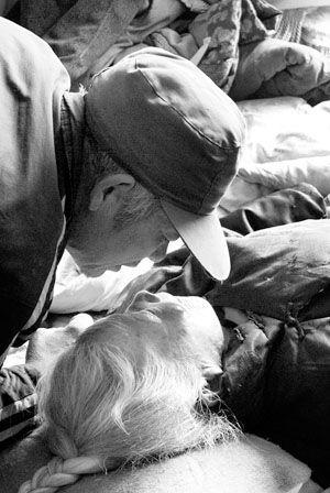 垂危卧床老人状告5个儿女不孝讨要赡养费