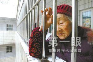 91岁老人子女不孝 被迫栖身阳台曾4次自杀