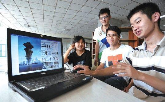 合工大学子在展示他们的获奖设计作品。
