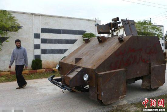 当地时间2012年12月9日,叙利亚阿勒颇,反对派成员自制了一台装甲车,靠使用游戏手柄进行操作。