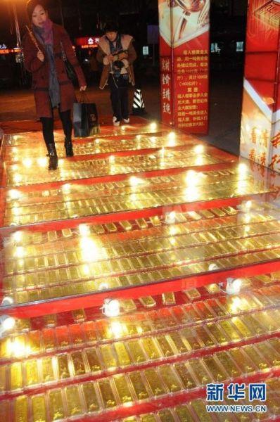 """山东省滨州市一家金店门前的""""黄金大道"""""""