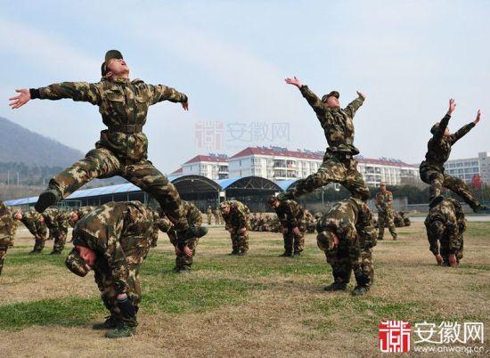 """""""跳山羊""""中,新兵们锻炼弹跳与相互合作"""