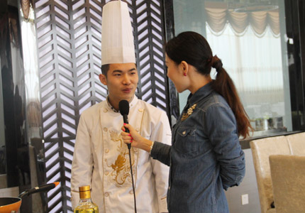 豆捞专家邵大厨正接受现场采访