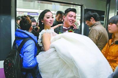 夏敬伟将谢蝶抱上地铁。