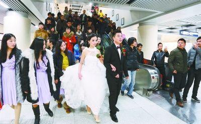 进入地铁车站时,周围的一些乘客用手机拍照。