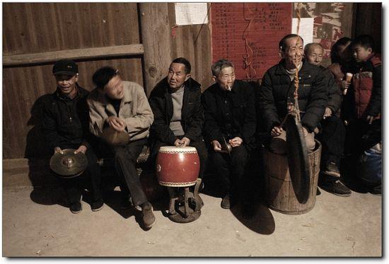 简单的锣鼓组成的傩戏乐队