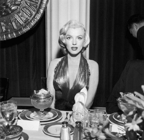 """1953年,在一个电影剧""""金勋章奖颁奖晚宴上,玛丽莲·梦露无视她的甜点。"""