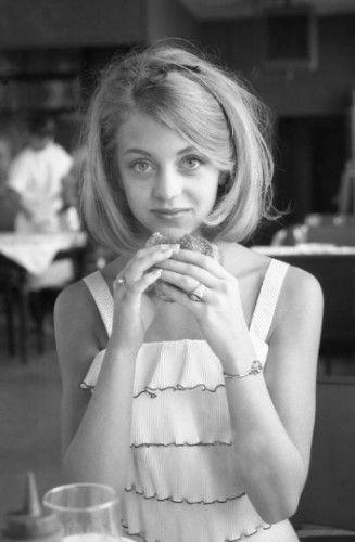 1964年,戈尔迪霍恩在华盛顿特区一间餐厅吃汉堡。
