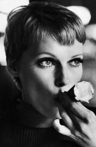 1977年,米亚·法罗在吃蛋卷冰淇淋。