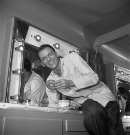 大约1950年,弗兰克·西纳特拉与炸面圈。