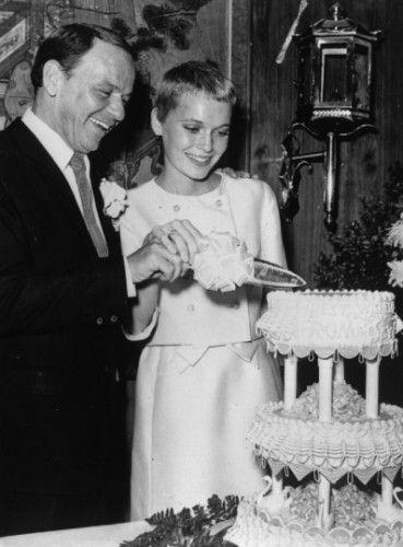 还记得他们结婚了吗?1966年在拉斯维加斯,弗兰克·西纳特拉和米亚·法罗切蛋糕。