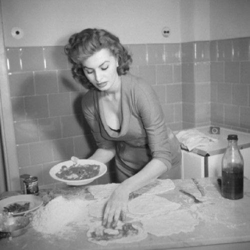 1965年,索菲亚·罗兰在烹饪。