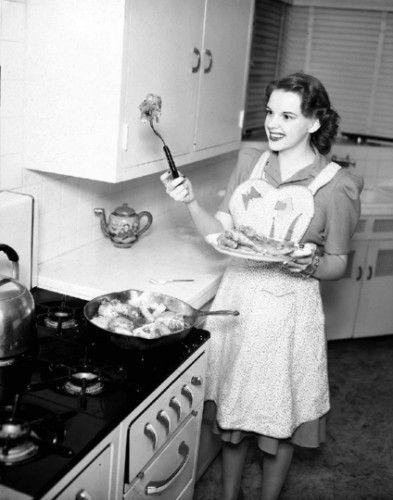 大约在1955年,朱迪·加兰在炸鸡。