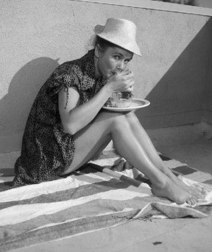 大约1965年,Debbie Reynolds在享受冰淇淋圣代。