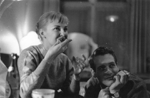 1958,Joanne Woodward在吃东西,旁边是保罗·纽曼。