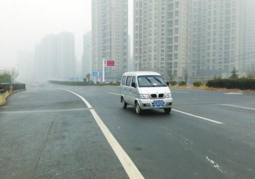 昨日,已有车抢先在封闭路段行驶(记者项春雷/摄)