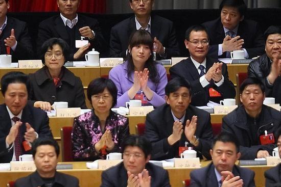 浙江省政协十一届一次会议闭幕会,宗馥莉在主席台就坐。