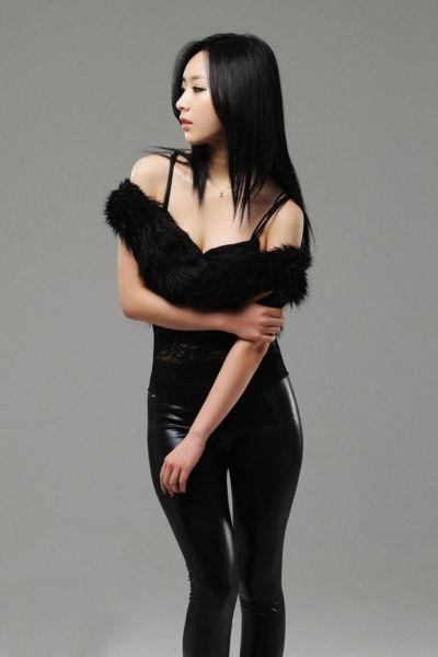 黑衣长发性感小美女