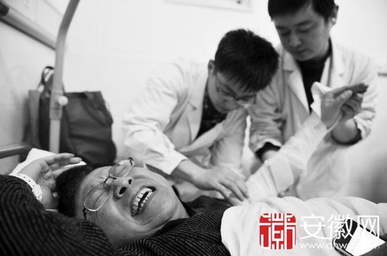 于川痛苦地躺在病床上,片子显示其左臂骨折