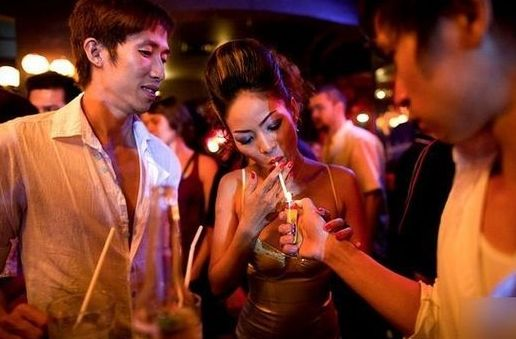 酒吧内的越南青年人。