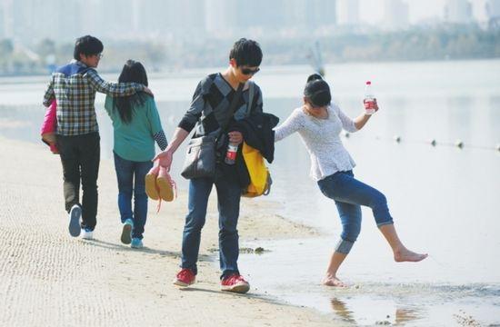 昨天,合肥天鹅湖边,市民在戏水游玩。昨天是24节气之一的惊蛰,合肥最高气温达24℃ ,据气象部门预报,未来几天,合肥的最高气温都在20℃以上。(记者王从启/摄)