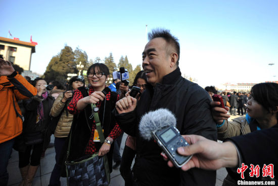 3月3日下午,全国政协十二届一次会议开幕,图为政协委员陈凯歌步入人民大会堂。中新网记者 金硕 摄