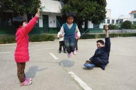 3月7日,浏阳枨冲完全小学,体育课上,同学们推着葛先正一起玩。