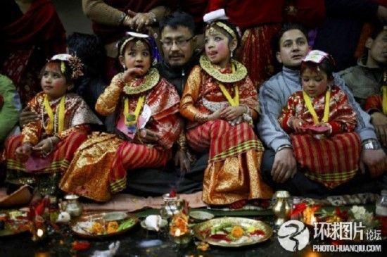"""尼泊尔少女的""""益喜""""仪式嫁给果实和太阳"""