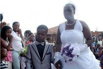 南非8岁男孩娶61岁老妇