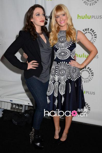 两位女主演凯特·戴琳斯 (Kat Dennings) 与贝丝·比厄 (Beth