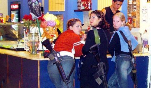 三个年轻漂亮的以色列女孩子在一家冰果店买冰激凌
