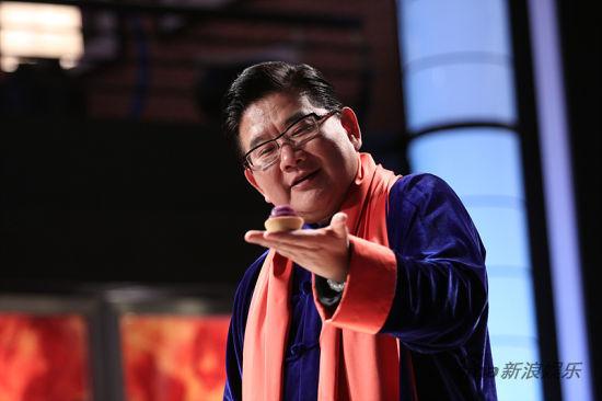曹可凡检查赵丹制作的紫薯蛋挞