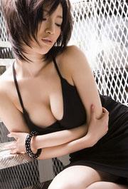 吊带黑裙性感丰乳极品美女