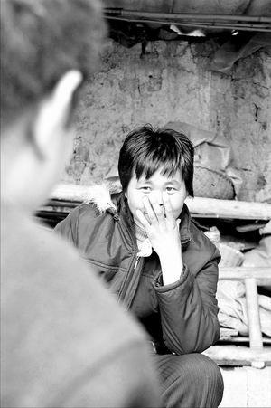 """已""""死""""了11年的张在玉突然复活""""了。前日她对记者说,对丈夫的遭遇表示十分愧疚。文/图荆门晚报》"""