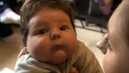 英母亲产下7公斤巨婴 6周已1.27米(图)