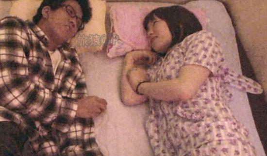男女二人共同躺在一张狭窄的床上