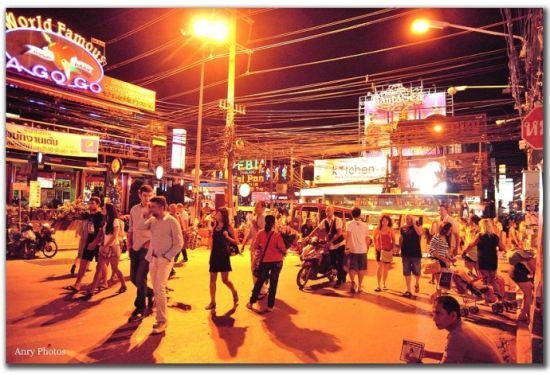丹芭东酒吧街的入口处,游客游人如织,在这暧昧的暖色灯光下,显得极其妩媚。