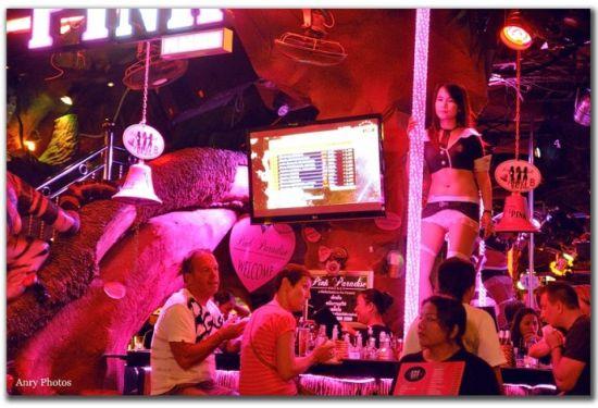 tiger bar里面的钢管舞女郎。
