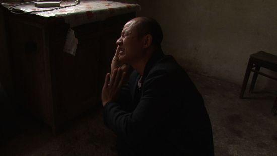 回家看到母亲生前老房子痛哭的张高平