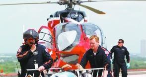 警方出动直升机救人