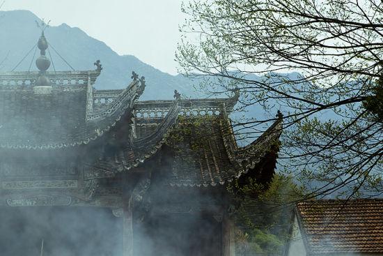 位于木梳场里的一座寺庙,袅袅的烟雾升起